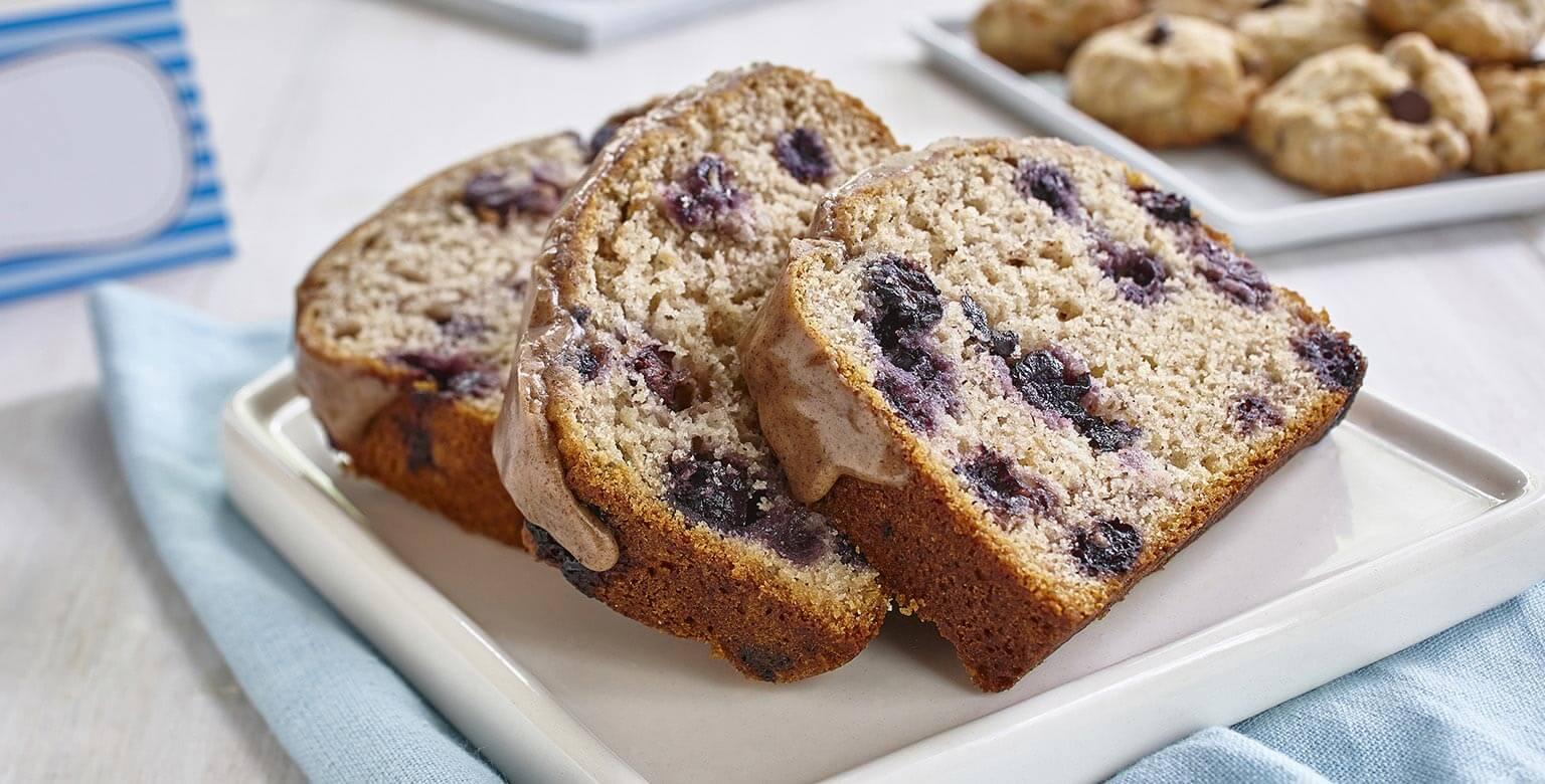 Voir la recette - Pain aux bananes et aux bleuets sans gluten* avec coulis de cannelle