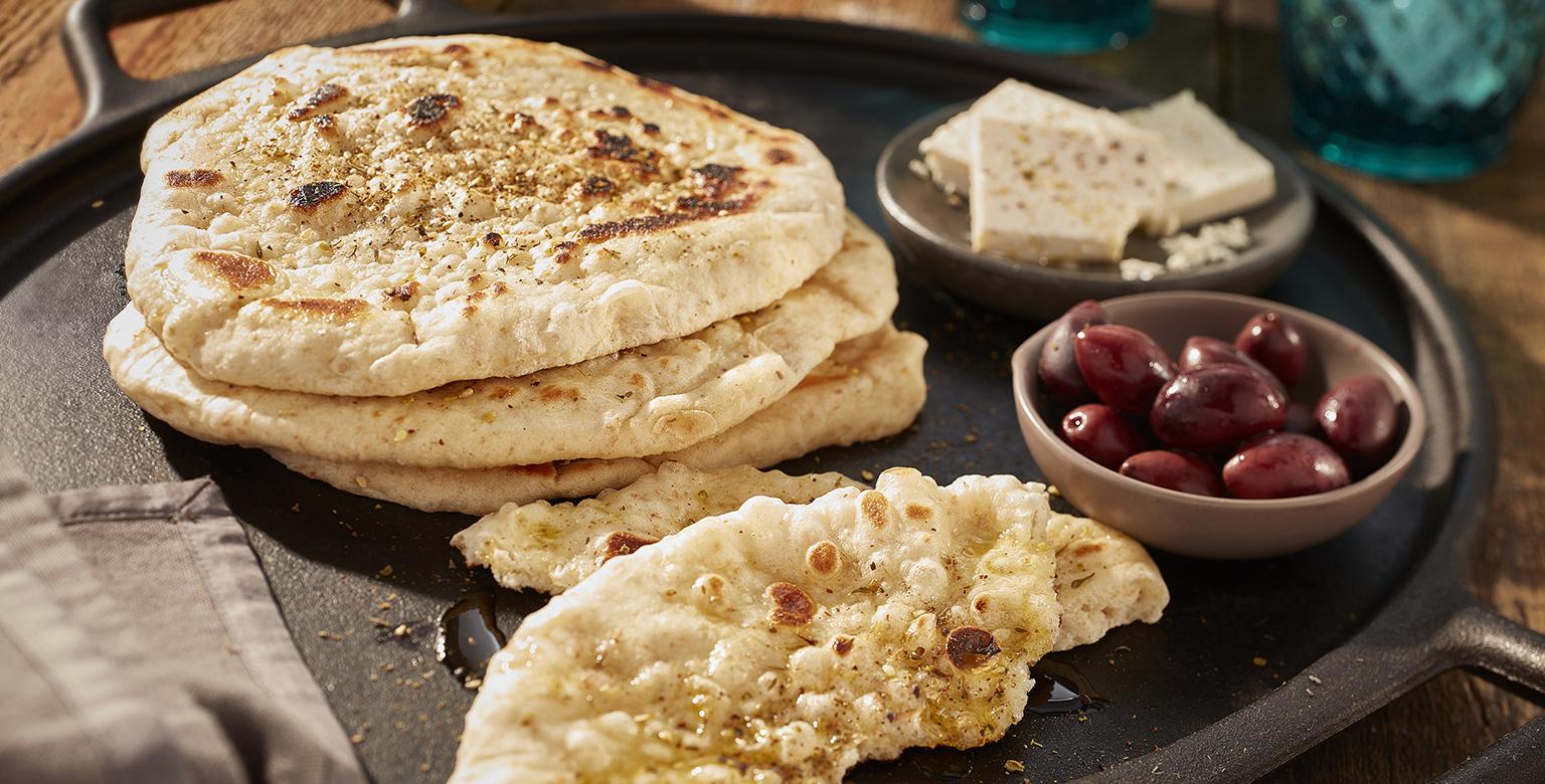 Voir la recette - Pain pita avec épices Zaatar dans une poêle en fonte