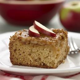 Gâteau collant au caramel et aux pommes