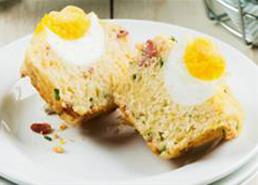 Muffins déjeuner avec bacon et œufs