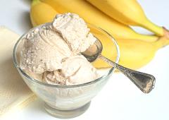 Crème glacée aux bananes et à la cannelle