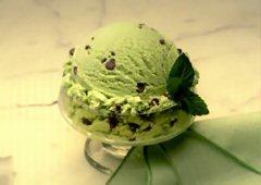 Crème glacée à la menthe et aux grains de chocolat