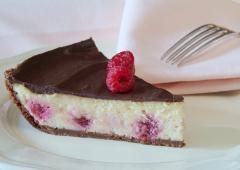 Gâteau au fromage et aux framboises glacé au chocolat
