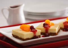 Gâteau au fromage aux agrumes avec garniture aux canneberges