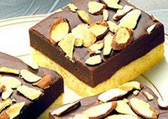 Carrés sablés garnis de fondant au chocolat et d'amandes