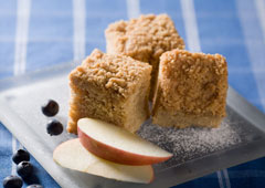 Gâteau danois aux pommes et à la cannelle avec streusel
