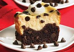 Gâteau au fromage avec fond de grains de chocolat