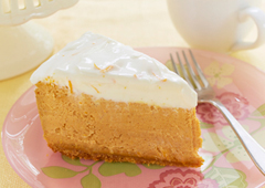 Gâteau au fromage à l'orange et à la citrouille avec garniture de crème sure à l'orange