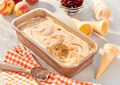 Crème glacée aux pêches fraîches et aux cerises