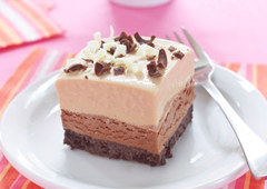 Carrés glacés de gâteau au fromage au chocolat et beurre d'arachide