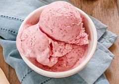 Crème glacée aux fraises d'été