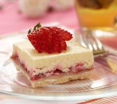 Carrés de gâteau au fromage et aux fraises