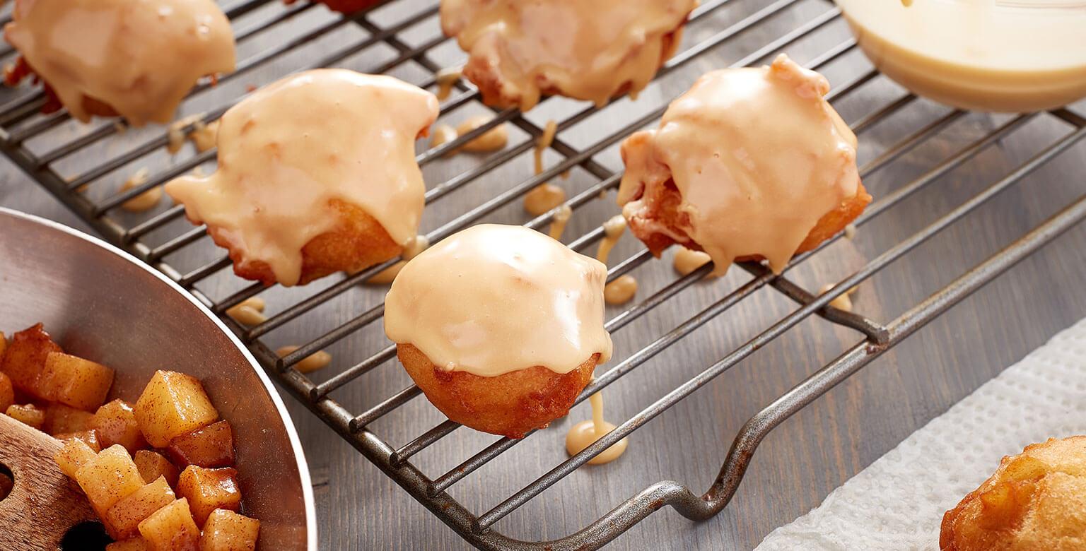 Les beignets aux pommes trempés dans l'érable