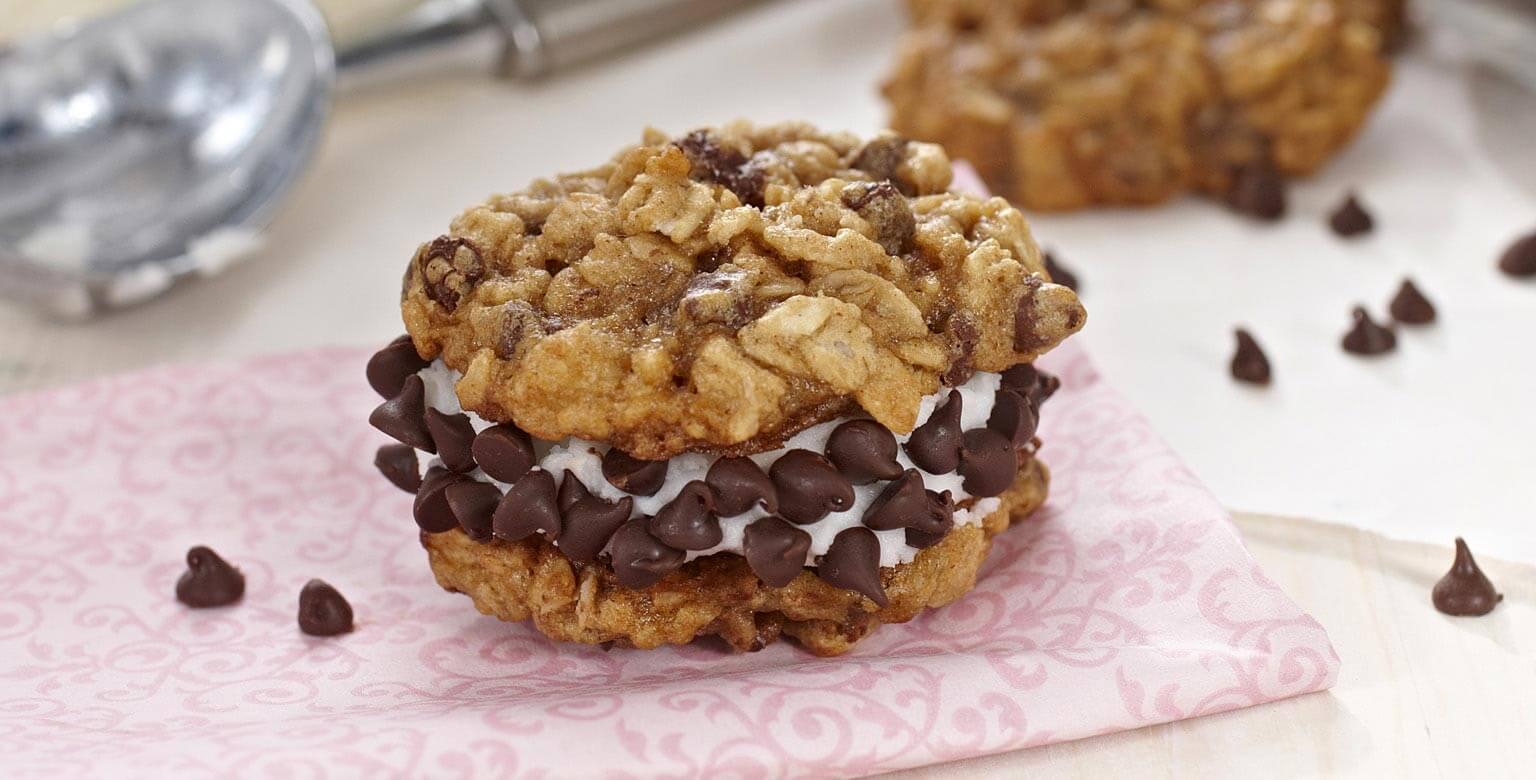 Voir la recette - Biscuits à l'avoine et au chocolat garnis de crème glacée