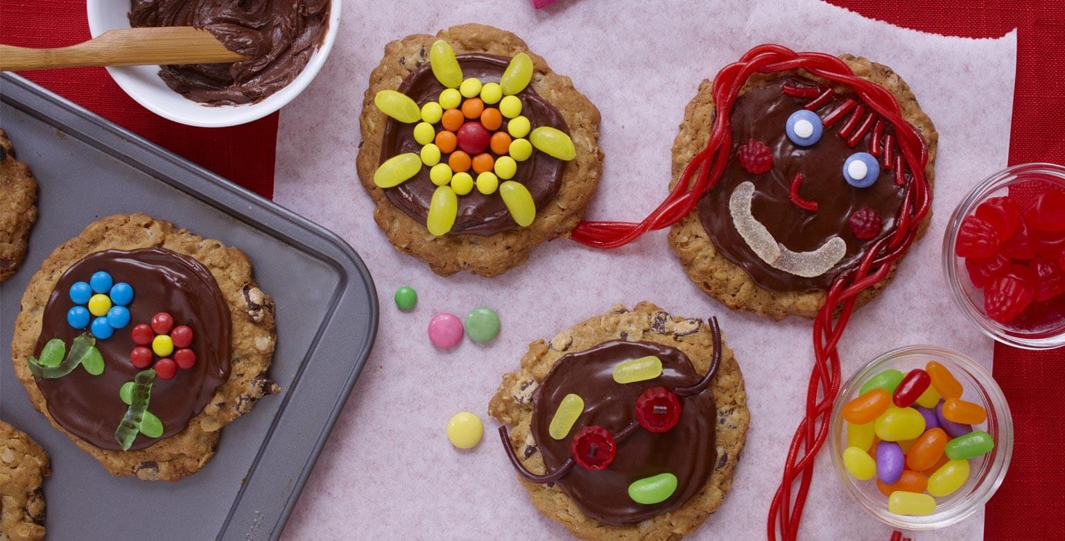 Voir la recette - Biscuits au chocolat et à l'avoine aux visages amusants