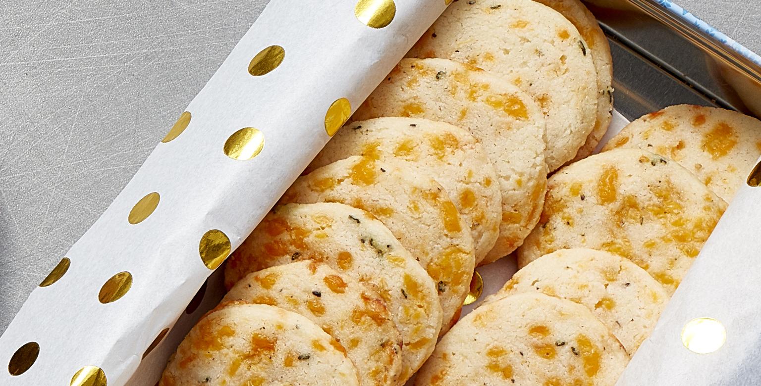 Voir la recette - Biscuits cheddar, romarin et poivre noir tranchés