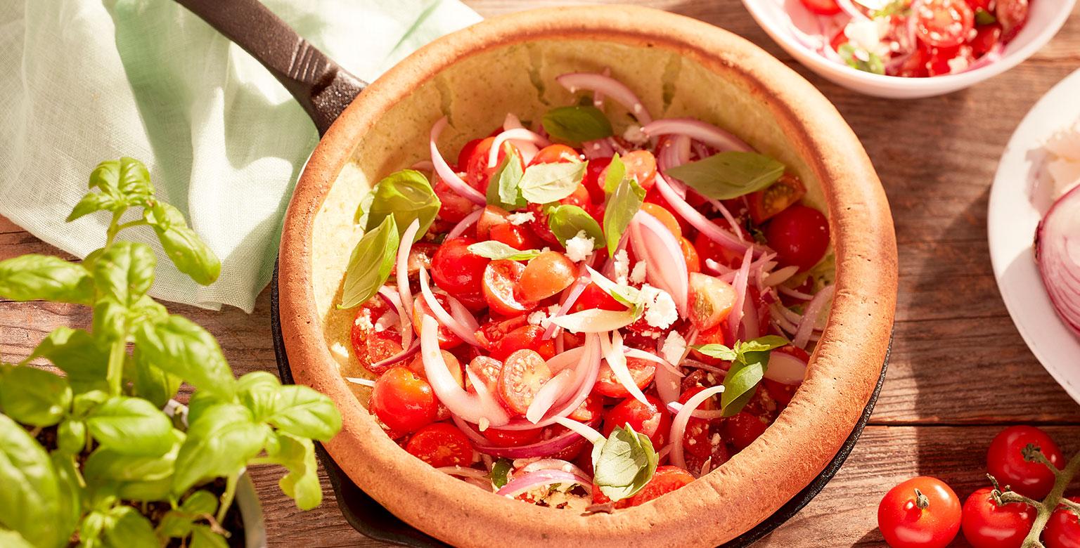 Voir la recette - Crêpe Dutch Baby salée garnie de salade aux tomates cerises fraîches