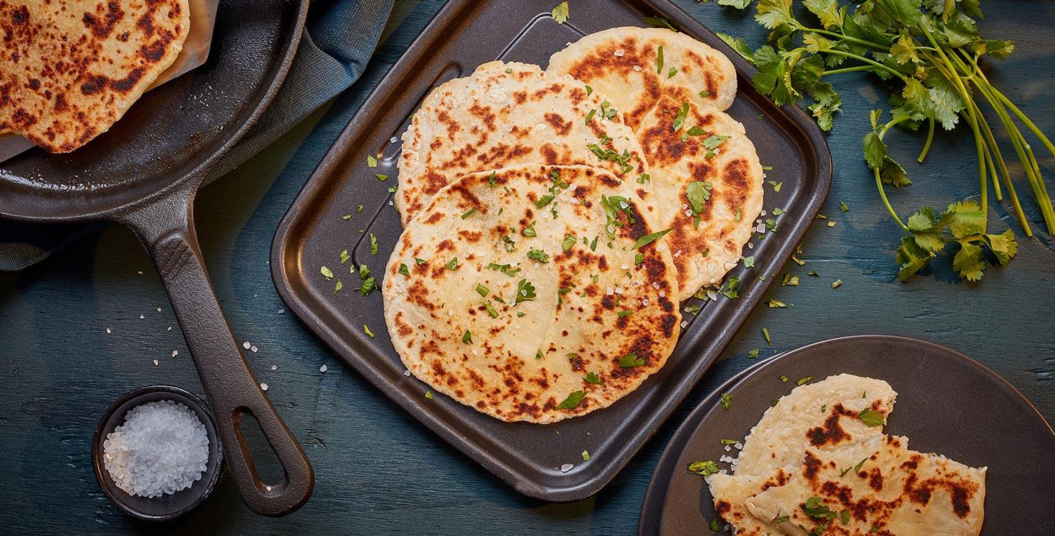 Voir la recette - Naan dans une poêle en fonte — Pâte à deux ingrédients