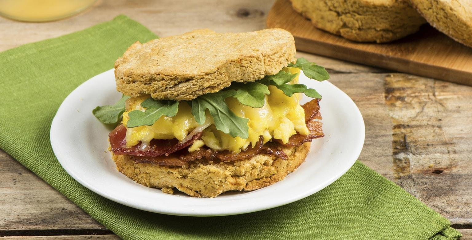 Voir la recette - Sandwiches déjeuner aux biscuits de patates douces sans gluten*