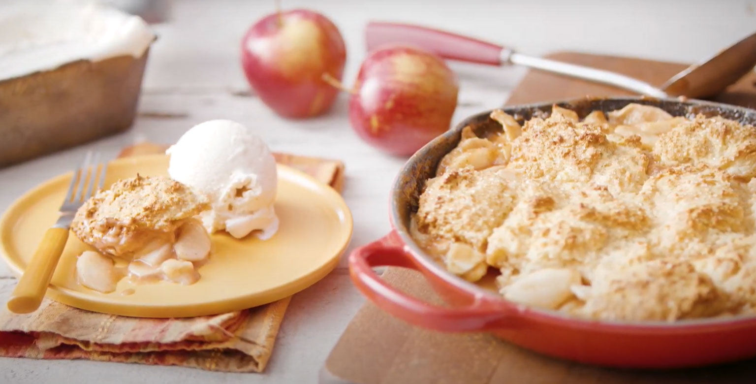 Tourte aux pommes et à la cannelle à la mode dans une poêle en fonte